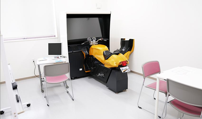 2階 二輪模擬運転装置